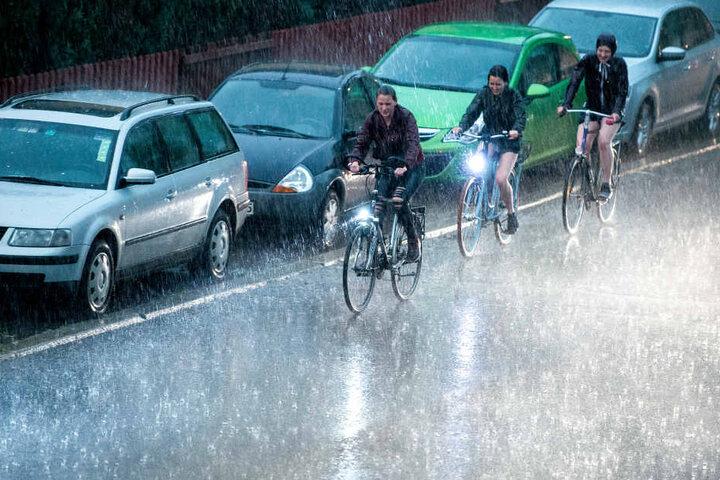 Bei Gewitter sollte das Fahrrad lieber abgestellt werden. Seine metallische Substanz birgt eine tödliche Gefahr.