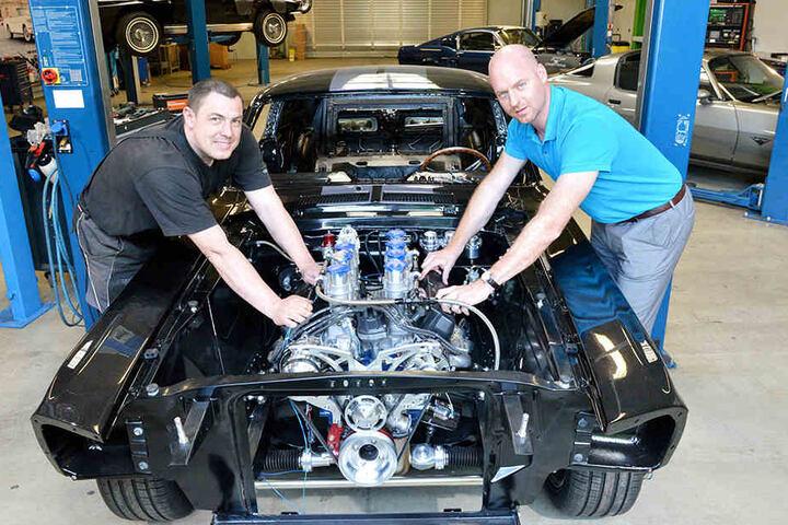 Chef Mechaniker Andreas Kaden (38, l.) und V8-Werk-Gründer Christoph Herbrig.
