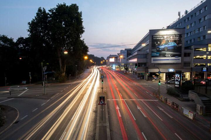 Das Foto zeigt eine Langzeitbelichtung von Autos, die über eine Kreuzung am Neckartor fahren.
