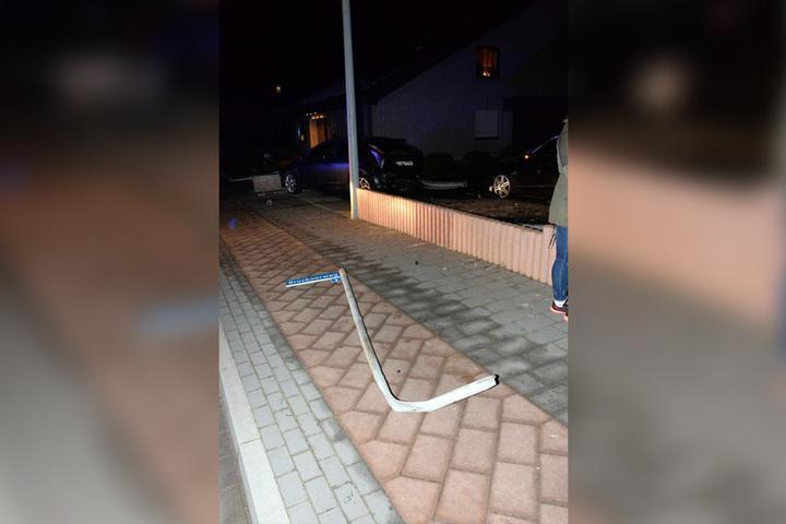 Das Straßenschild musste dran glauben.