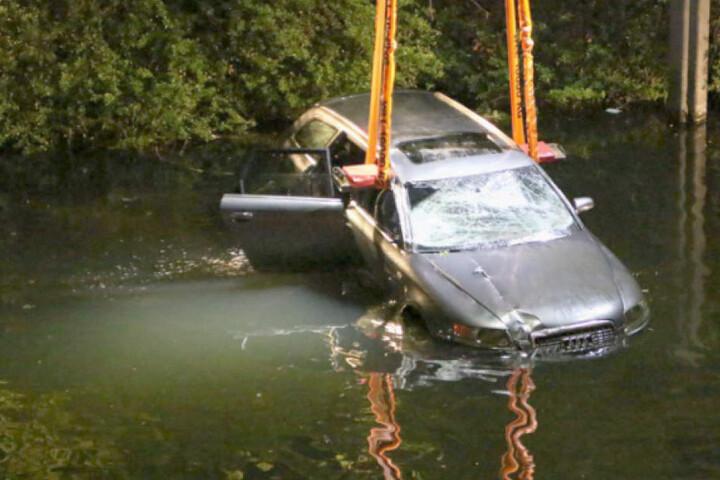 Die drei Männer retteten sich selbst aus dem schwer beschädigte Wagen.
