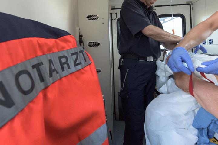 Die Arbeiter wurden im Krankenwagen in eine Klinik gebracht. (Symbolbild)