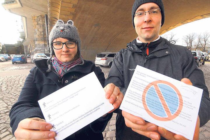 """Katarzyna Wutzler (27) und Christian Blümel (37) von der Bürgerinitiative """"Freies Parken Marienbrücke"""" verteilen """"Knöllchen""""..."""
