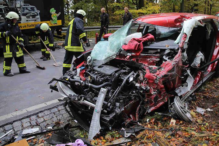 Das Auto wurde im vorderen Bereich vollkommen zerfetzt.