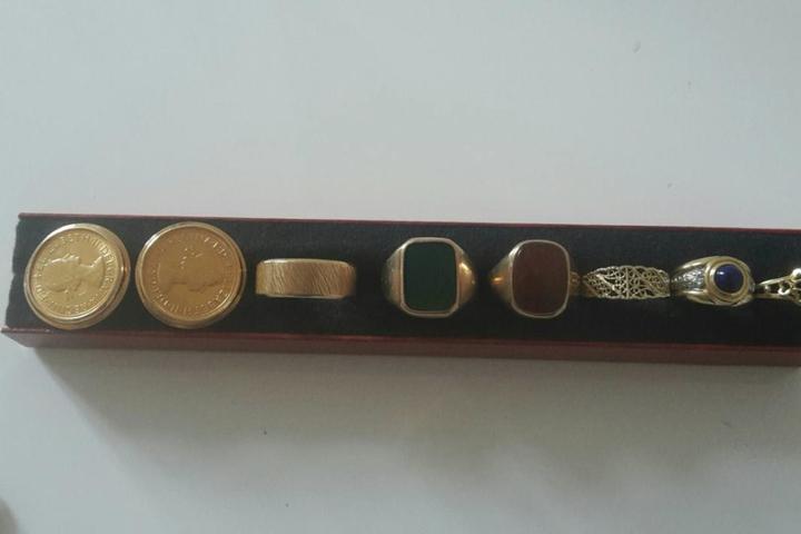 Diverse Ringe und wertvolle Münzen waren ebenfalls unter dem von Unbekannten erbeuteten Schmuck.