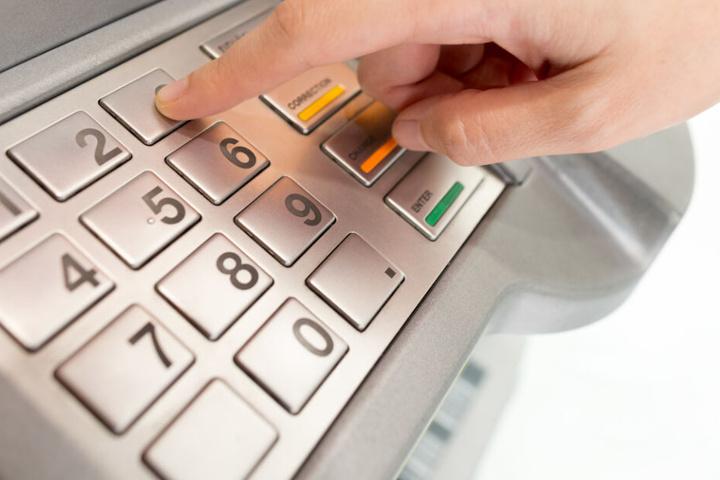 """Mittels """"Skimming"""" können Kriminelle Daten von Kunden klauen. (Symbolbild)"""