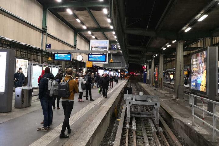 Am Gleis 8 des Stuttgarter Hauptbahnhofs stehen Reisende.