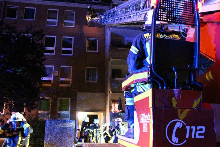 Die Feuerwehr musste die Bewohner des Mehrfamilienhauses in Sicherheit bringen.