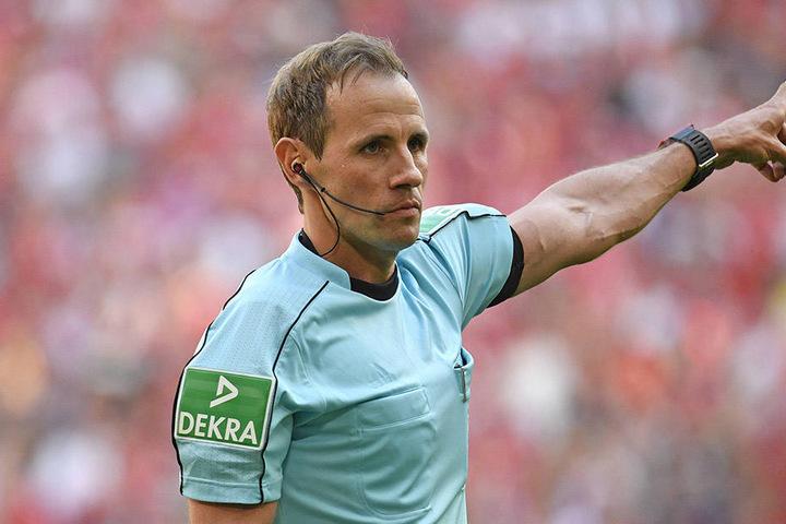 Schiedsrichter Sascha Stegemann beim Bundesliga-Match zwischen dem FC Bayern München und dem VfB Stuttgart