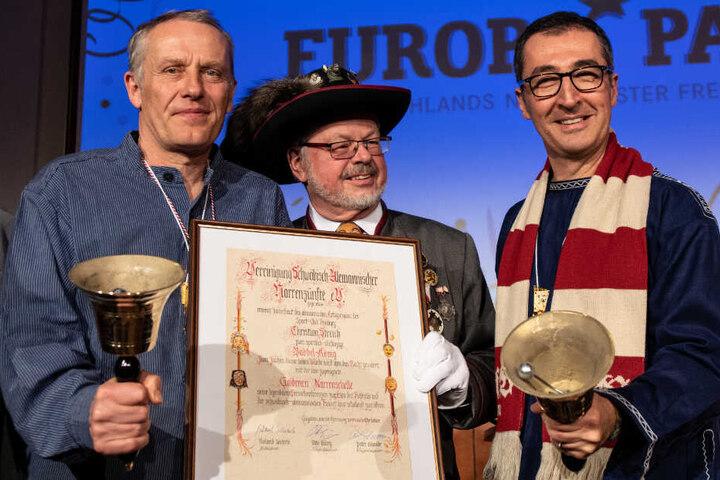 Fußballtrainer Christian Streich (links), Narrenzünfte-Präsident Roland Wehrle (Mitte) und Cem Özdemir (rechts) am Mittwochabend in Rust.
