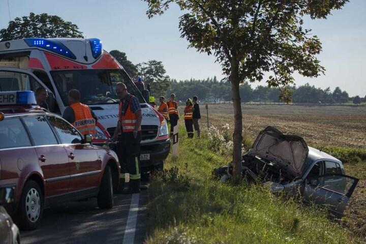 Der VW war nach dem Zusammenstoß mit dem Traktor in den Straßengraben gerutscht und gegen einen Baum geknallt.