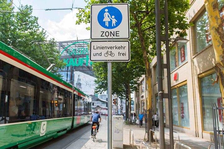 In der Fußgängerzone in Chemnitz ist Radfahren erlaubt, aber E-Bikes sind verboten.