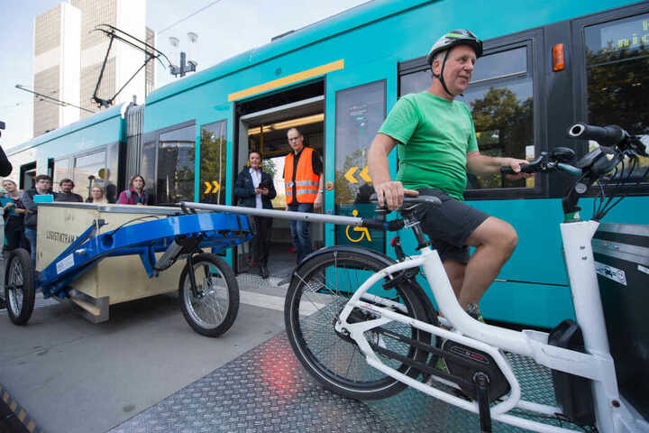 Die Pakete werden auf Fahrradkuriere umgeladen.