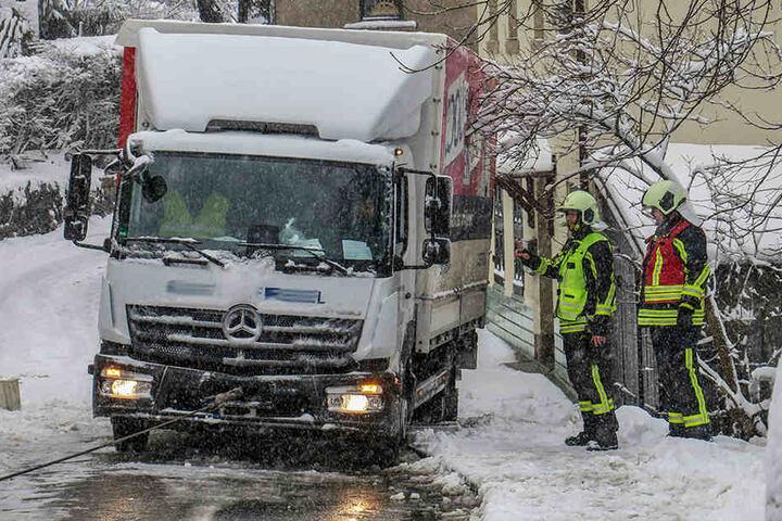 Ein Laster hatte sich in Aue festgefahren und drohte in ein Haus zu rutschen.
