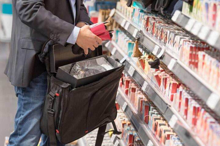 Und schwups, die Ware verschwindet in einer Tasche. (Symbolfoto)