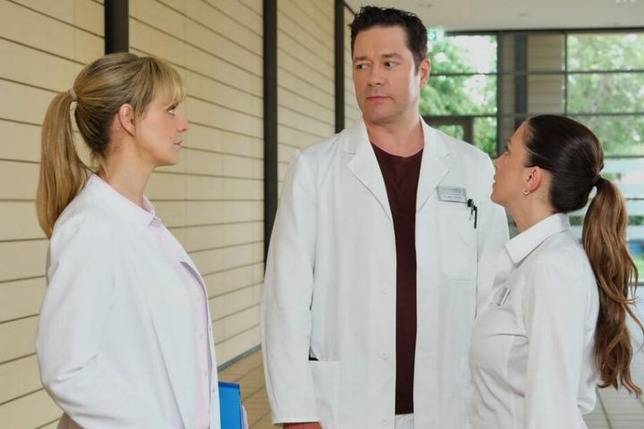 Dr. Philipp Brentano bekommt es derweil mit seiner Kollegin Lea Peters (links) als Babysitterin zu tun.