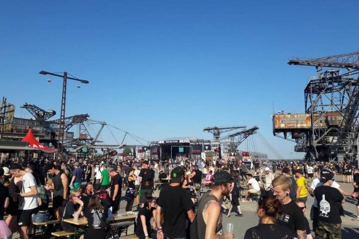 Ab dem Nachmittag strömten zahlreiche Besucher zwischen den drei Bühnen umher.