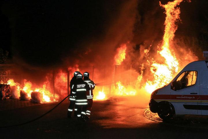 Die Flammen schlugen den Einsatzkräften zum Teil meterhoch entgegen.