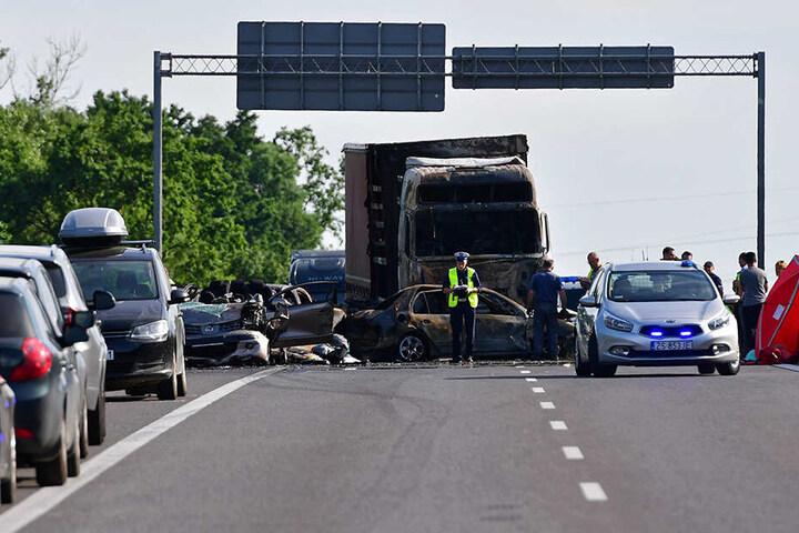 Nach Angaben von Polizei und Feuerwehr war ein Lastwagen nahe der Stadt Stettin am Sonntagnachmittag in ein Stauende aufgefahren. Mehrere Autos gerieten daraufhin in Brand.