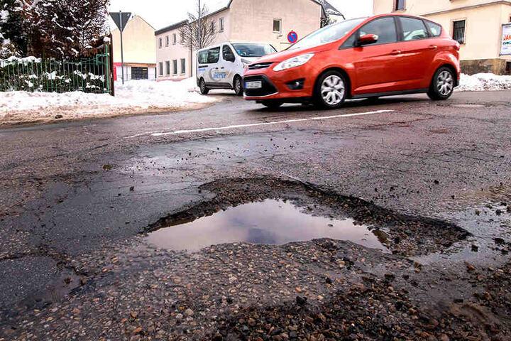 Schnell werden die schlimmsten Löcher geflickt. Dem Straßennetz fehlen aber  etwa 4,5 Millionen Euro.