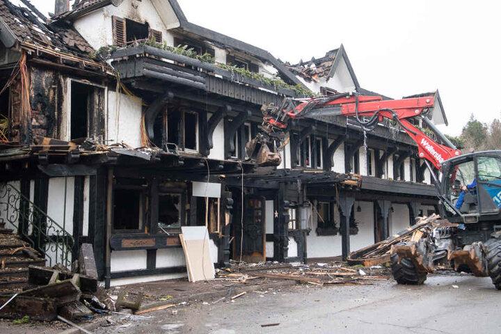 """Ein Bagger räumt Schutt vor dem Eingang des ausgebrannten Restaurants des Hotels """"Traube Tonbach"""" in Baiersbronn weg. (Archivbild)"""