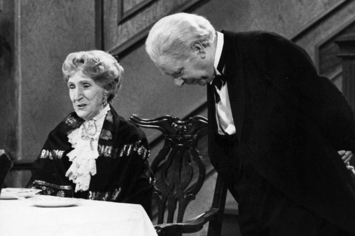 Freddie Frinton als Diener James und May Warden als alleinspeisende alte Dame Miss Sophie.