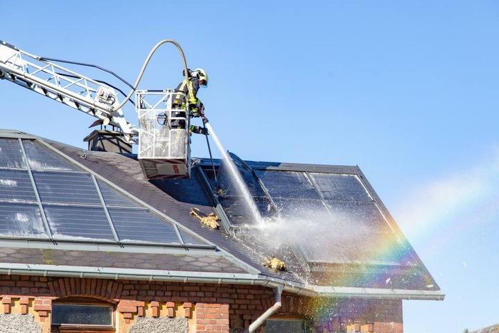 Von der Drehleiter aus löschte die Feuerwehr weitere Glutnester am Dach ab.