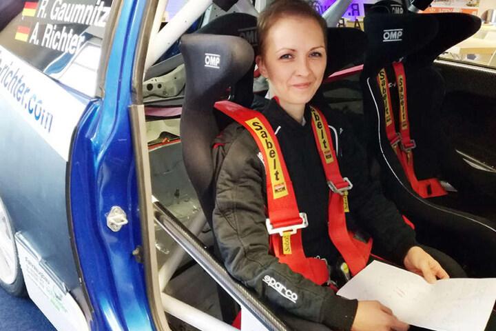 Alle Streckeninfos auf dem Schoß, wartet Alexandra Richter auf  den Start zur Rallye.