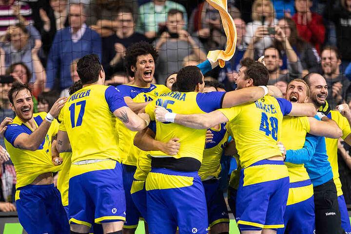 Die brasilianischen Handballer bejubeln ihren überraschenden 29:26-Erfolg gegen Kroatien.