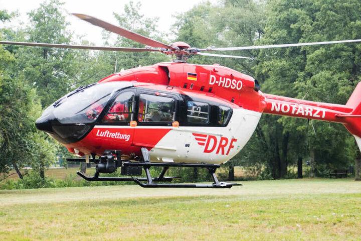 Ein Rettungshubschrauber brachte den lebensgefährlich verletzten Piloten in eine Klinik (Symbolbild).