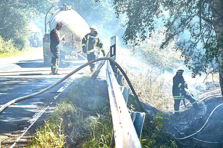 Wegen des Feuerwehreinsatzes musste die Staatsstraße mehrere Stunden gesperrt werden.