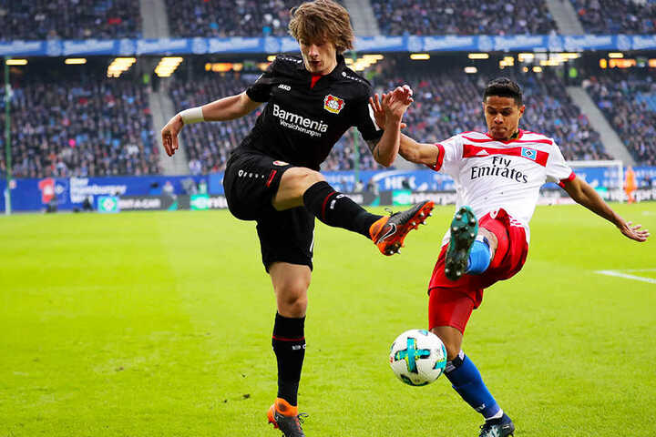 Er soll der dritte Leverkusener auf Barcas Bundesliga-Wunschzettel sein: Der kroatische WM-Zweite Tin Jedvaj (l.).