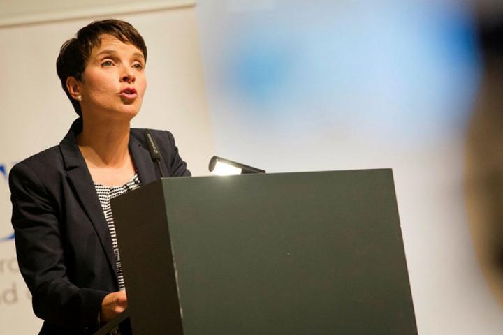 Deutschland sei auf dem Weg zu einer zweiten DDR, befürchtet AfD-Chefin Frauke Petry.