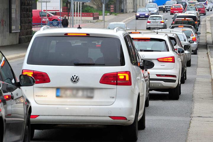 Bis Siegmar stauten sich am Montag auf der Zwickauer Straße die Autos. Der Verkehr wurde von der Neefestraße umgeleitet.