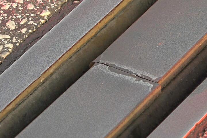 Diese gebrochene Lamelle auf der A7 muss repariert werden.