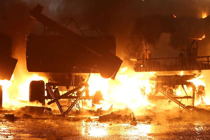 Offenbar wurde auch Technik des Agrarhofes durch das Feuer beschädigt.
