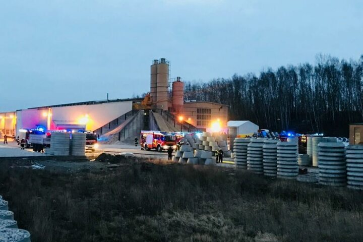 Die Feuerwehr versucht den Brand zu löschen. Allerdings ist die Hitzeentwicklung so groß, dass die Einsatzkräfte sich nicht nähern können.