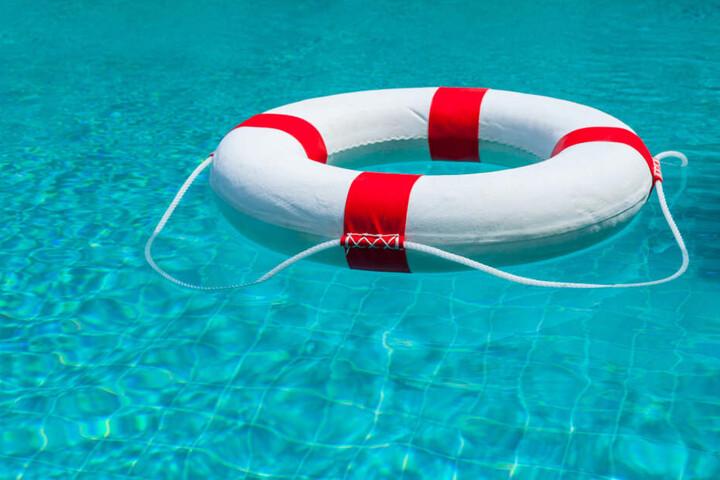 Der Junge soll beim Baden einen Schwimmring dabei gehabt haben, den er beim Zurückschwimmen aus der Mitte des Teichs jedoch nach ersten Erkenntnissen nicht benutzte. (Symbolbild)