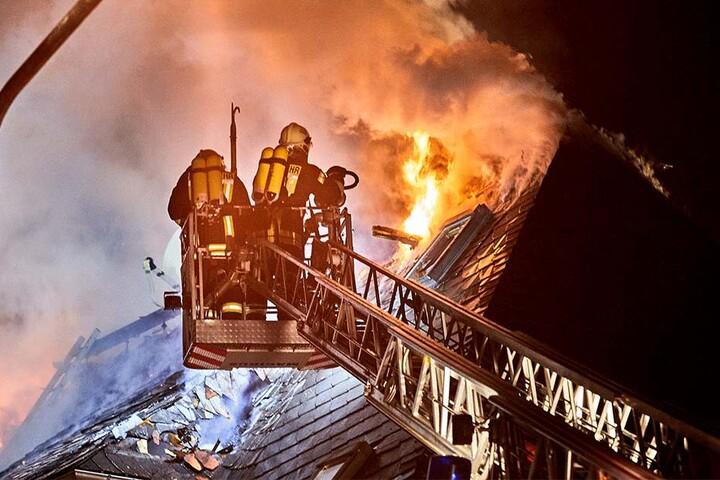 Die Flammen griffen auch auf das Dach über.