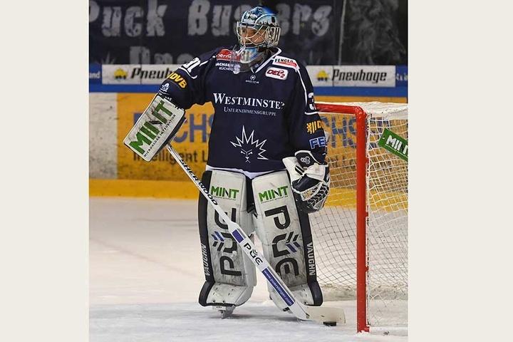 Bitter! Eislöwen-Goalie Marco Eisenhut musste binnen drei Minuten dreimal die Scheibe aus dem Kasten holen.