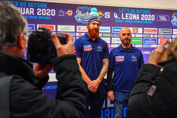 Eislöwen-Kapitän Thomas Pielmeier (hinten-links) und Coach Rico Rossi (rechts daneben) freuen sich auf die Atmosphäre im Rudolf-Harbig-Stadion.