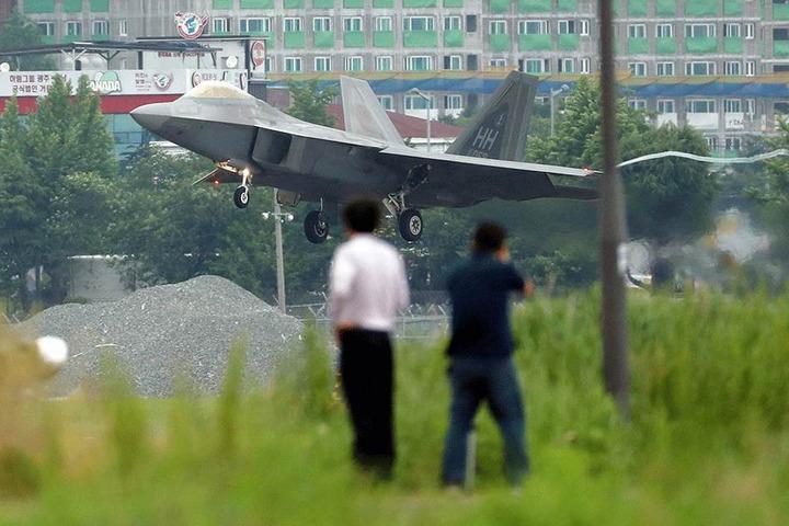 """Ein US-Militärflugzeug vom Typ F-22 Raptor landet im Rahmen des gemeinsamen Großmanövers der südkoreanischen und amerikanischen Luftwaffe namens """"Max Thunder""""."""