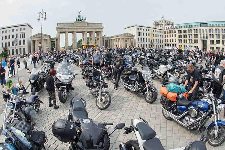 Zu einer Abschlusskundgebung trafen sich die nach Angaben des Veranstalters 1000 Teilnehmer vor dem Brandenburger Tor.