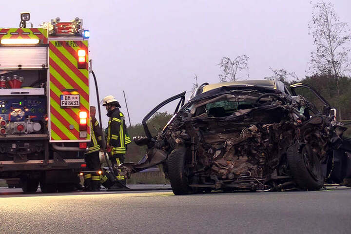 Nach dem Crash blieb nur ein Autowrack zurück.