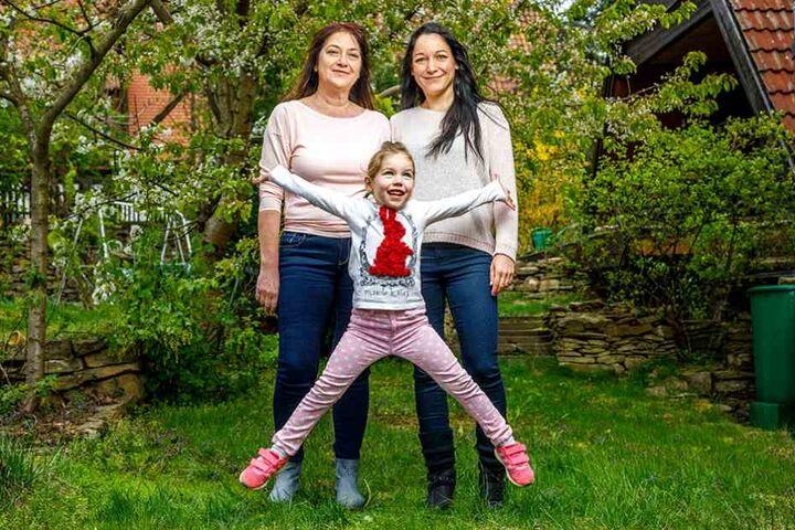 Anna (4) mit Mama Nicole Thomschke (re., 33) und Oma Ilona (53).
