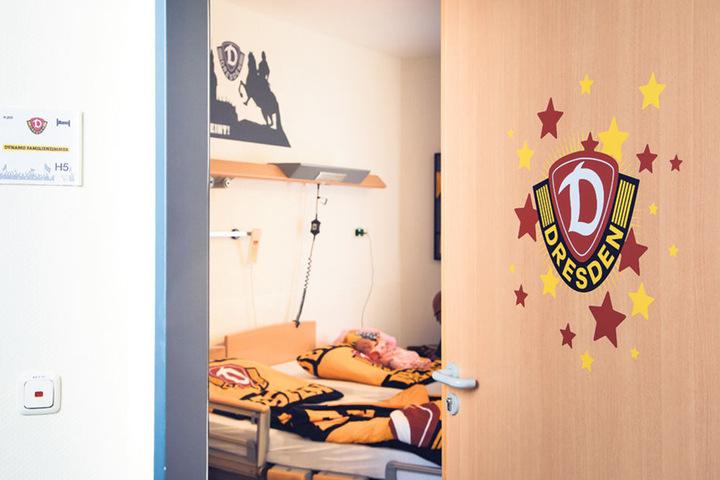 Das Wappen an der Tür weist den Weg ins Dynamo-Familienzimmer.