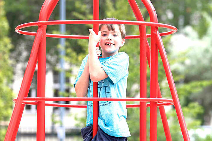 """Kevin (10) nimmt den neuen """"alten"""" Spieplatz an der Aachener Straße in Trachau  gerne in Beschlag."""