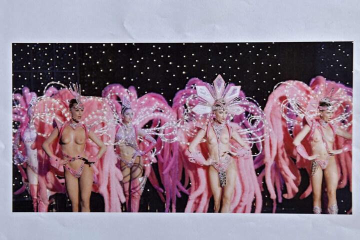 Die Show im Moulin Rouge - nur die Federboas und Lichtreifen wirken ähnlich der Dresdner Ausstattung, sind aber typische Elemente vieler Revuen.