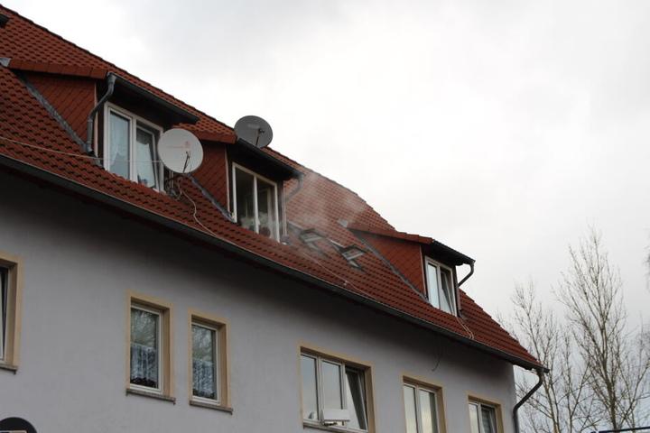 Der Rauch drang aus dem Fenster, eine Nachbarin bemerkte dies und rief die Feuerwehr.
