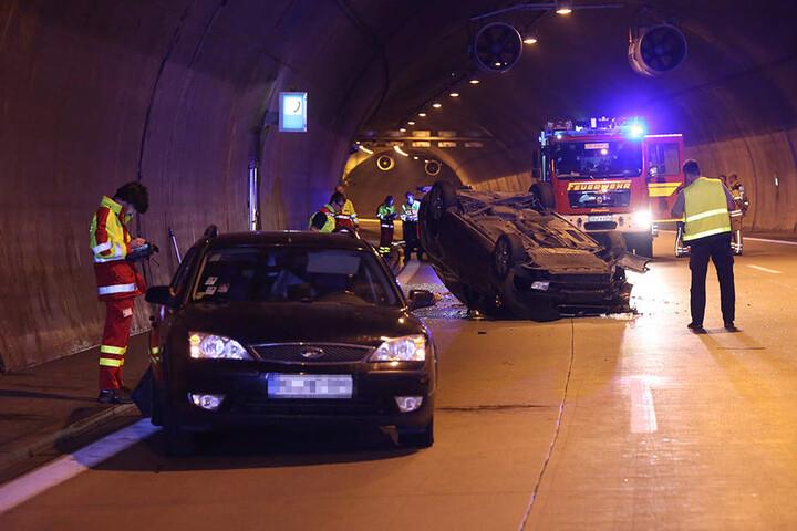 Die Autobahn A17 wurde während der Bergungsarbeiten zwei Stunden gesperrt.